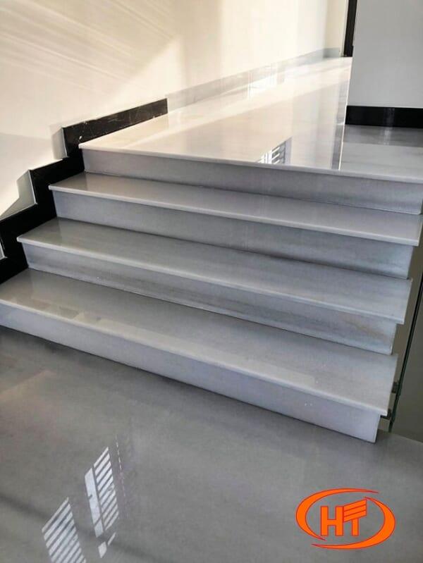 đá trắng yên bái ốp cầu thang 1
