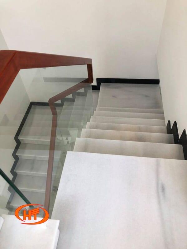 đá trắng yên bái ốp cầu thang 2